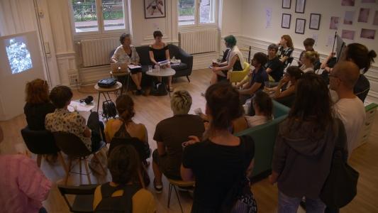 Jenny Edlund au coté de sa traductrice Léna Kerveillant, en conférence, lors de la soirée d'ouverture à Lyon, galerie Sitio par Superposition.